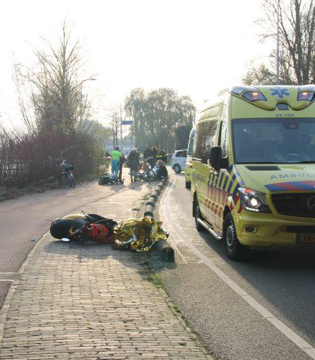 Twee gewonden als  scooters en fiets op elkaar knallen