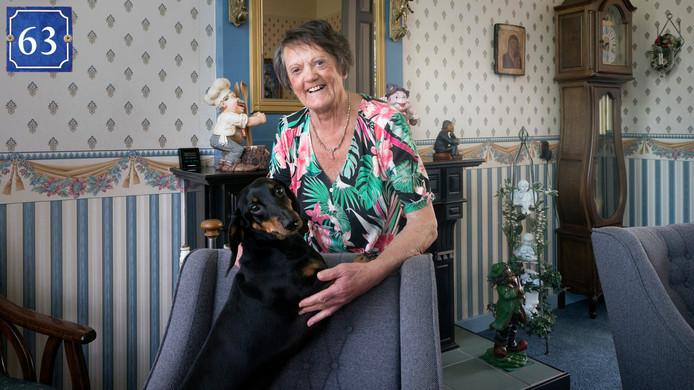 Dorry van Dijk in haar woonkamer van Huize Maria, dat ze samen met haar man geheel opknapte.
