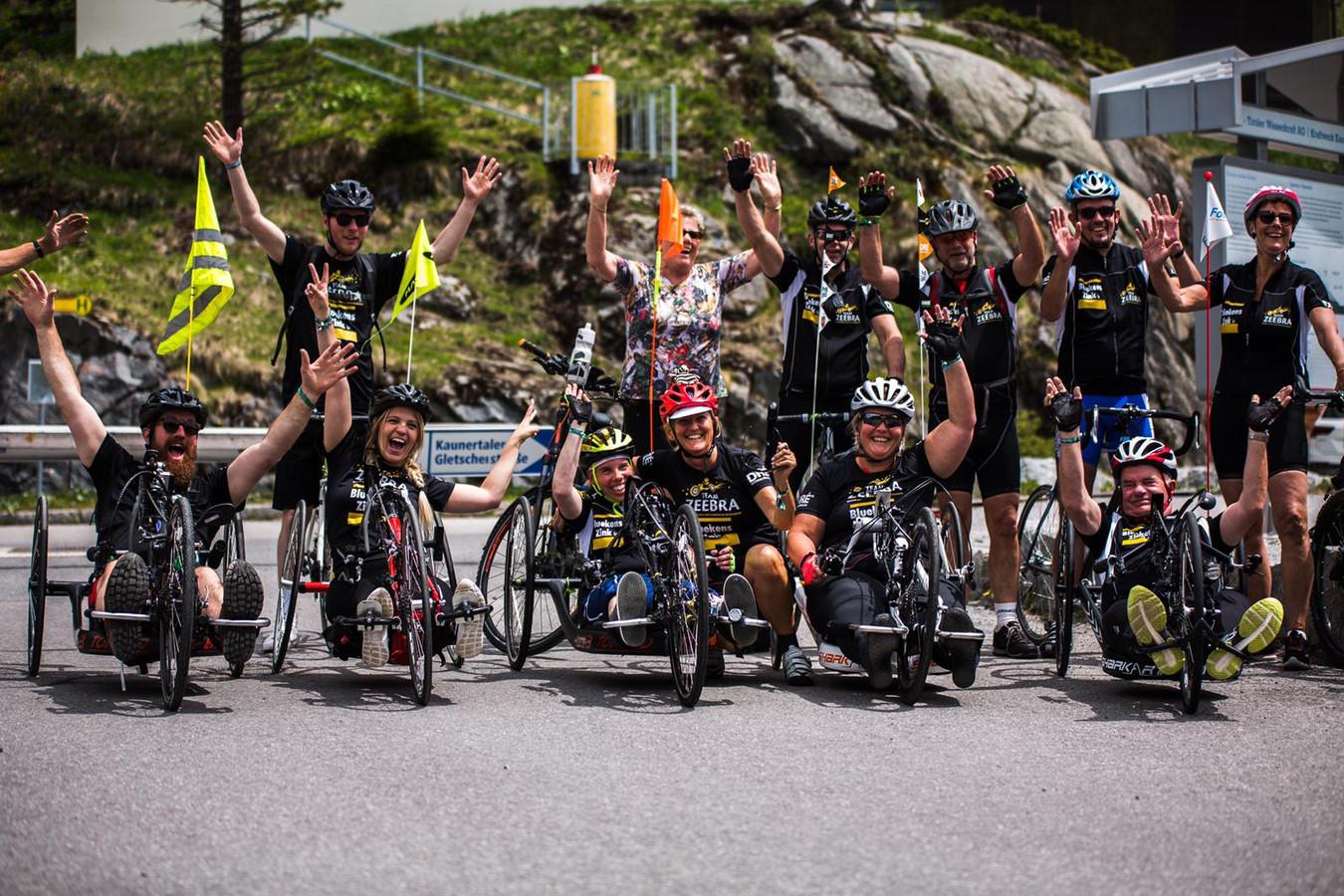 Handbikers van Revant op de berg.