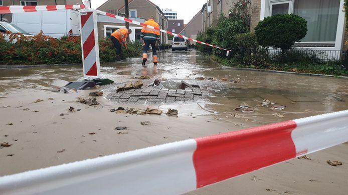 De Beatrixstraat in Enschede staat onder water door een geknapte leiding.