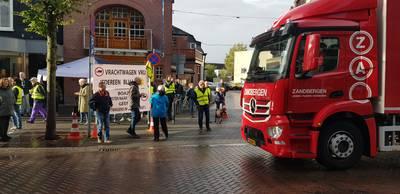 Protest: wijk Zandberg in Breda blokkeert straat voor vrachtverkeer