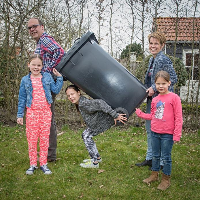 De familie Landegent hoopt dat de container ook na honderd dagen nog zo makkelijk te tillen is. Van links naar rechts: Fiene, Gijsbert, Bente, Mirjam en Silke.