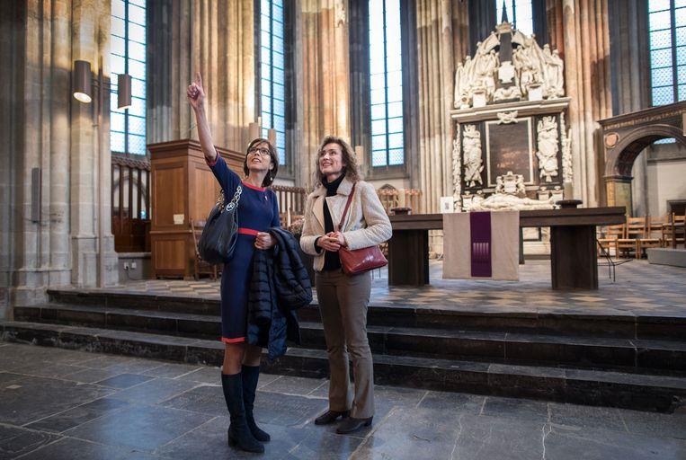 Carla Dik-Faber (links) (CU) en Vera Bergkamp (D66) in de Dom in Utrecht. Beeld Werry Crone