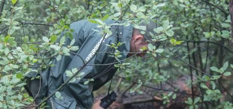 Boswachter Erik de Jonge vindt 500 meter aan afvaldumping in zijn bos: 'Dit is echt absurd, mensen blijven het gewoon doen'