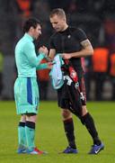 14 februari 2012: Michal Kadlec bemachtigt het felbegeerde shirt van Lionel Messi.