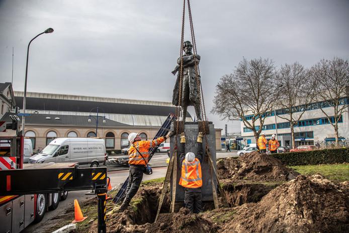 De verplaatsing van het standbeeld van Thorbecke in Zwolle liep eind februari uit op een mislukking. De aannemer gaat nu het beeld en de sokkel van elkaar scheiden.