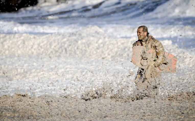 Reddingswerkers zoeken naar het vermiste lichaam van surfer Mathijs. Beeld ANP
