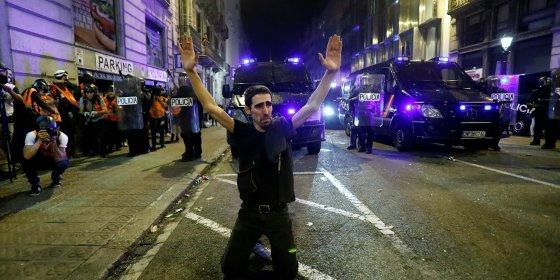 Gematige Catalanen vinden manier om relschoppers tegen te houden in Barcelona