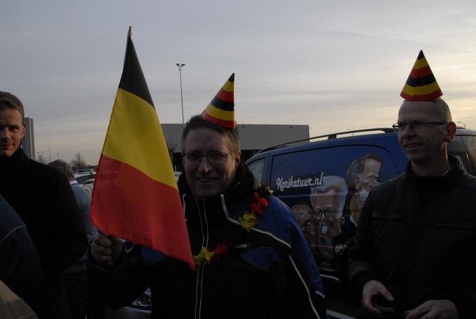 Enkele toeschouwers hadden zich uitgedost met hoedjes en vlaggetjes in de Belgische kleuren.