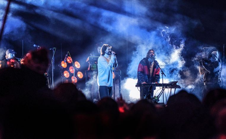 Het Nelson Mandelaplein was vanavond met zo'n 7000 bezoekers goed gevuld voor het optreden van Bazart.