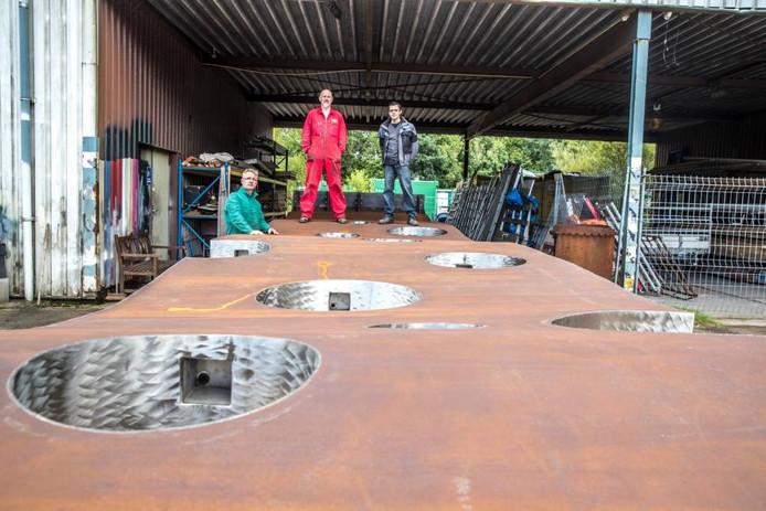 Ronald Westerhuis (links) bij het kunstwerk Liquid dat nu nog plat ligt bij zijn werkplaats. Op Lowlands wordt het overeind gezet. Foto Frans Paalman
