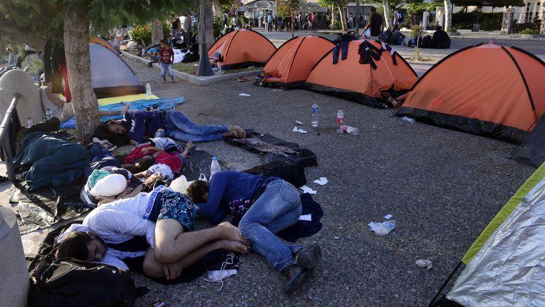 Syrische vluchtelingen slapen op straat op het Griekse eiland Kos. Beeld Getty Images