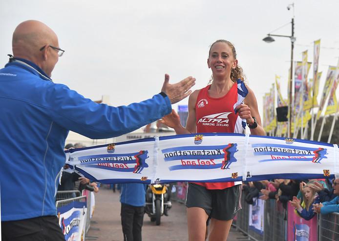 Samantha Luitwieler wordt aan de finish opgevangen door Chris Simons, de nieuwe voorzitter van het organisatiecomité.