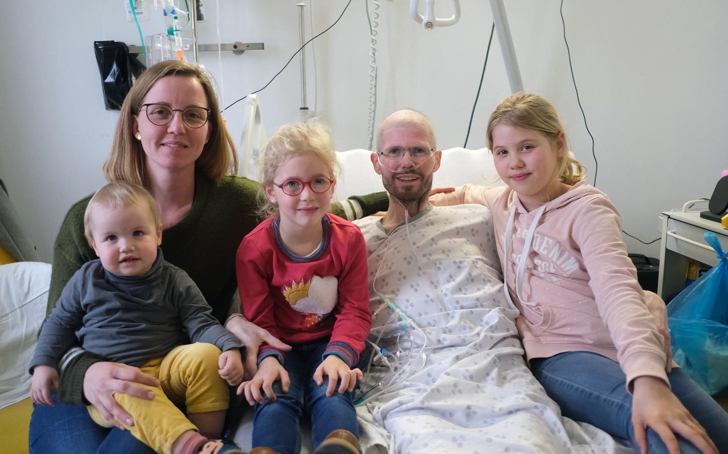 Tom (38) met zijn echtgenote Epiphanie en hun drie kindjes Arwin (2), Syrah (6) en Kensi (9).