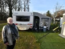 Protestcaravan Martha Wolters moet weg uit Kevelhammerhoek in Goor