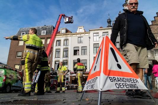 Brandweeroefening op de Grote Markt in Nijmegen.