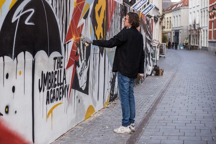 De streetartist Rutger Termohlen maakte deze week in Breda een muurschildering waarmee Netflix een nieuwe serie The Umbrella Academy promoot