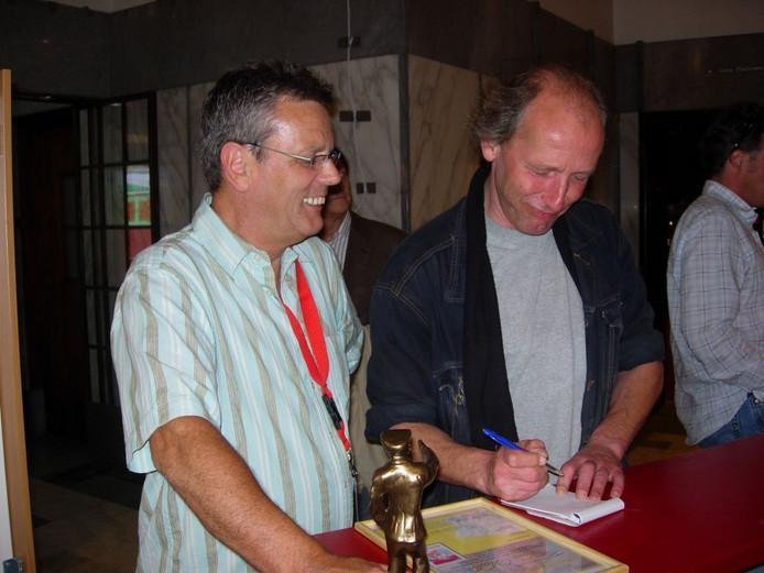 Rob interviewt kermisambtenaar Ton Vialle in 2007 na uitreiking van 'Piet Maes Prijs'.\nFoto Lauran Wijffels
