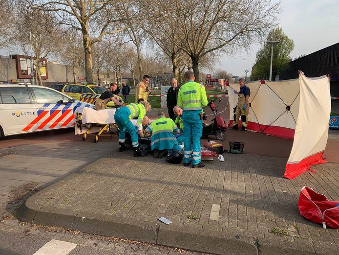 Hulp mocht niet baten nadat een pizzakoerier vorig jaar april op de Limburglaan een ongeluk veroorzaakte