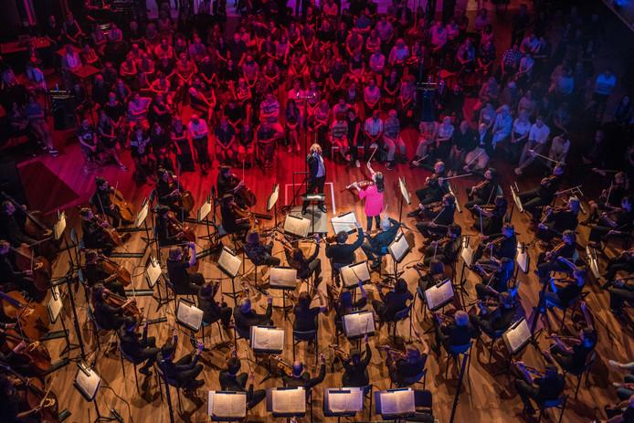 Het Orkest van het Oosten wordt in het tv-programma Maestro gedirigeerd door bekende Nederlanders, maar krijgt in Heino het vertrouwde gezicht van Ed Spanjaard voor zich.