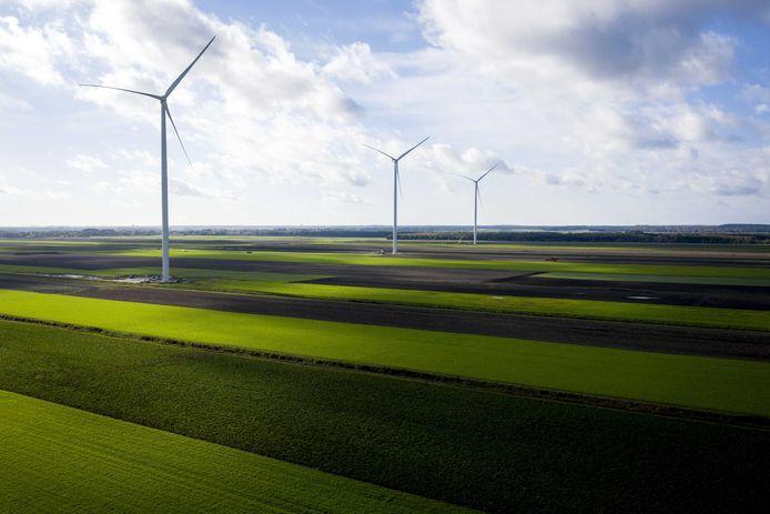 Drie windmolens op een rij, zoals ze tussen de A2 en Hoenzadriel zouden kunnen komen.