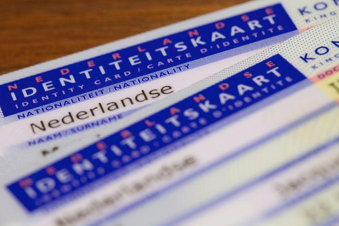 Illustratiebeeld van twee Nederlandse identiteitskaarten.