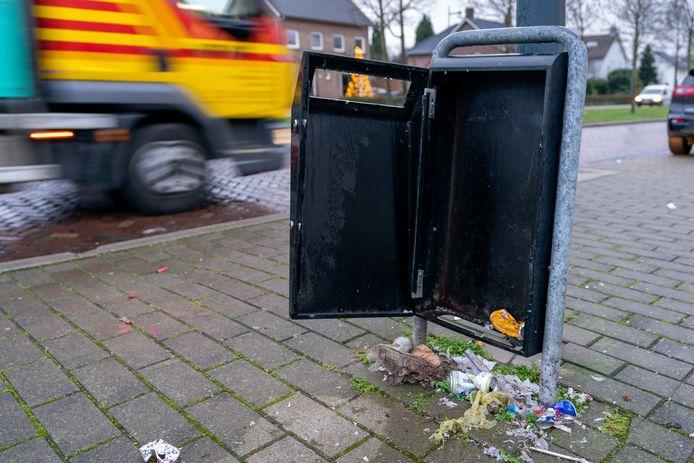 Hardinxveld-Giessendam kan de portemonnee weer trekken. De afgelopen maand werden in totaal 18 prullenbakken, 18 (verkeers-)borden, 3 hondenpoepdispensers, 2 schrikplankhekken, een metalen bank en het brugdek van een voetgangersbrug vernield.