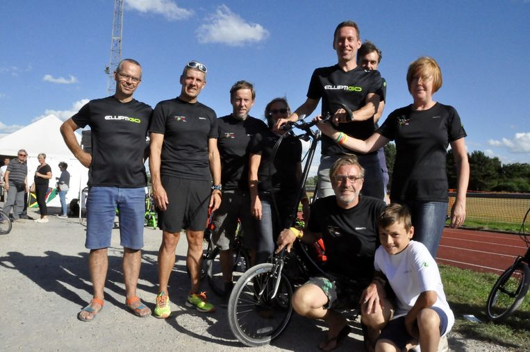 Johan Mortier, vooraan geknield, met enkele sympathisanten tijdens het wandel- en fietsevent aan de sporthal in Haacht.