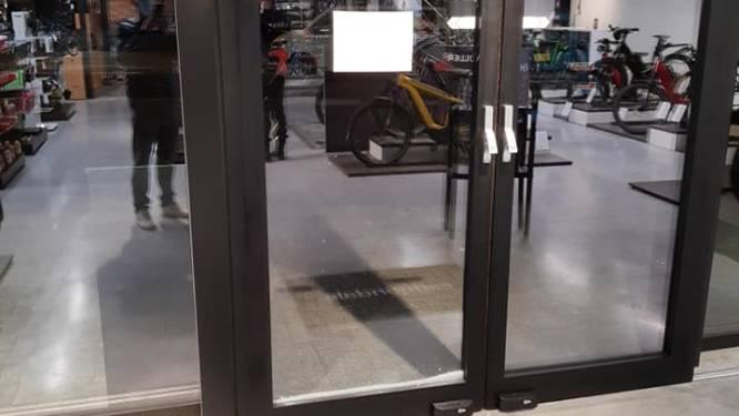 Onbekenden willen inbreken in fietsenwinkel door met zware hamer toegangsdeur in te slaan