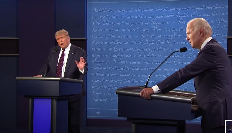 'Biden had besloten minzaam te lachen elke keer als Trump iets stom zei, waardoor de oude man de hele tijd in een deuk lag.' Beeld Humo