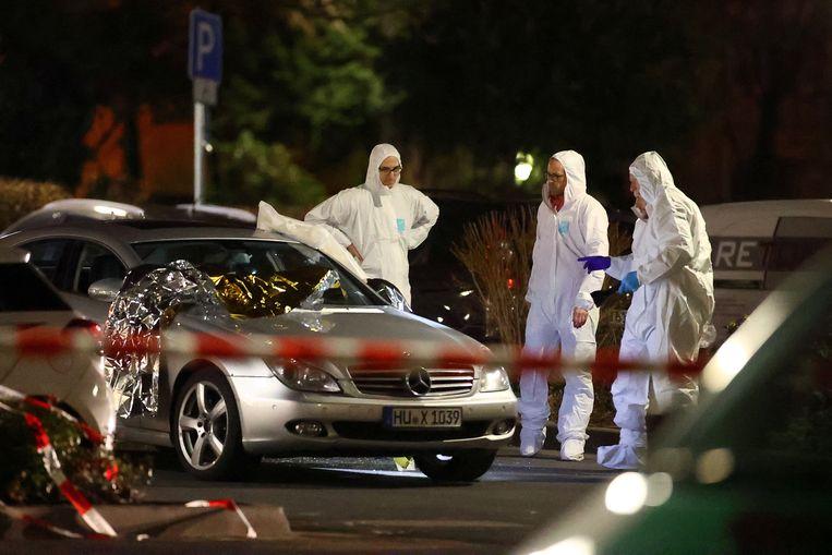 Forensisch personeel onderzoekt een auto in Hanau.