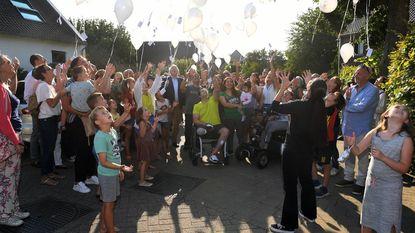 Witte ballonnen voor overleden Jade (2)