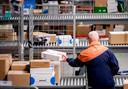 2015-11-24 10:26:08 WADDINXVEEN - Medewerkers sorteren pakketten in een sorteer- en distributiecentrum van PostNL vlak voor Sinterklaas. ANP ROBIN VAN LONKHUIJSEN