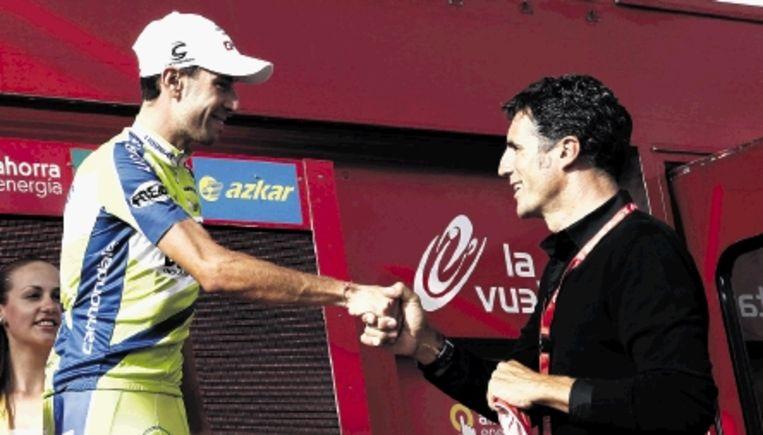 Vincenzo Nibali ontvangt felicitaties van de voormalige Spaanse topper Miguel Indurain. (FOTO AFP) Beeld AFP