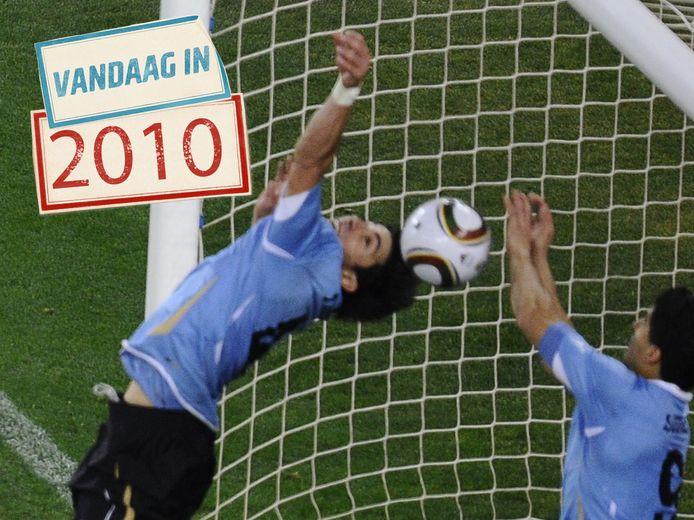 Luis Suárez maakt hands op de doellijn.