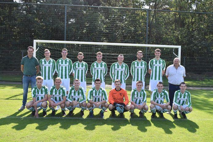 Het eerste elftal van Neerkandia met uiterst links trainer Nelis Luijten.