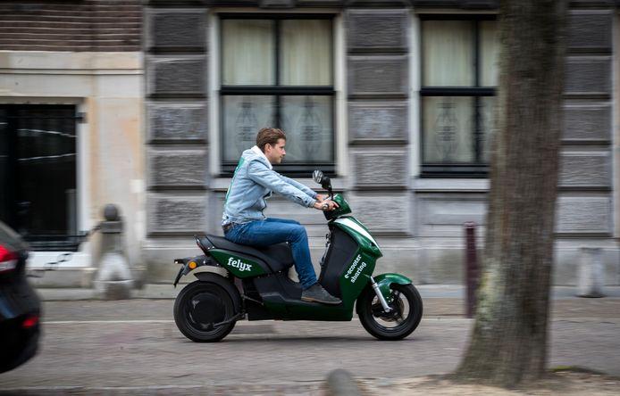 Ook elektrische deel-scooters zijn inmiddels een feit. Een voorbeeld daarvan is de Nederlandse start-up Felyx. Via een mobiele app kan een e-scooter opgezocht en direct gehuurd worden.