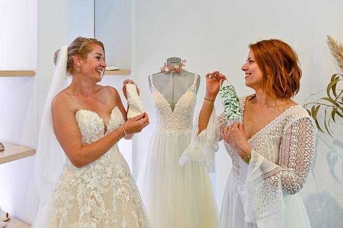 Overal kun je tegenwoordig mondkapjes kopen. In Amiga Bruidsmodewinkel Breda zelfs speciale voor je bruiloft. Bruidstylisten Natasja en Denice (links) showen er een aantal.