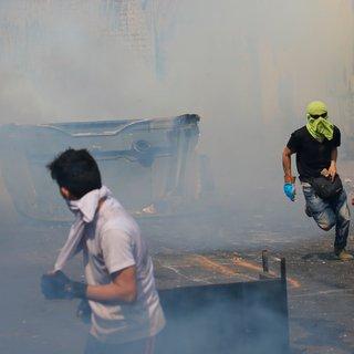 Botsingen grens in Venezuela, leger steekt vrachtwagen met hulp in brand