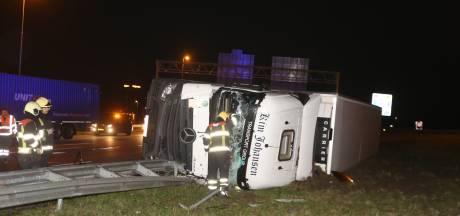 A59 dicht: vrachtwagen geladen met drank op zijn kant op de weg