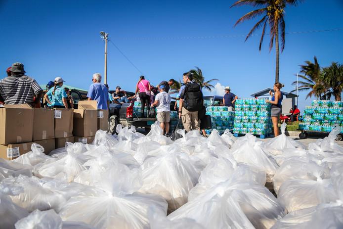 In de stad Freeport op de Bahama's werden deze week zo'n 20.000 noodmaaltijden uitgedeeld aan mensen die noodhulp nodig hebben na de verwoestende orkaan Dorian