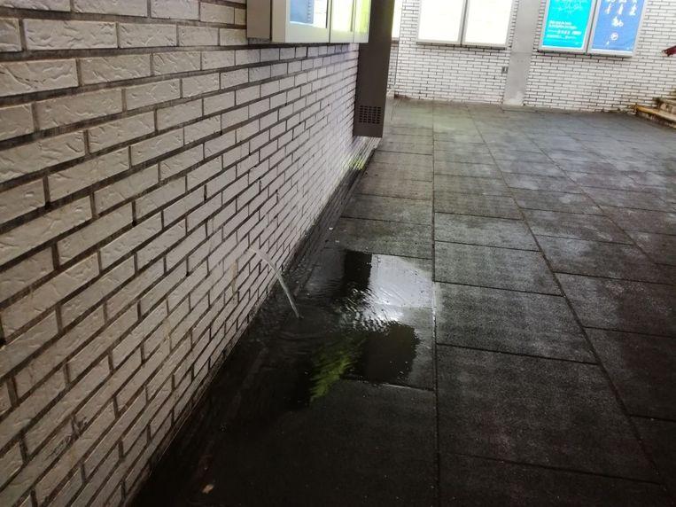 Het water loopt opnieuw langs de wanden in de tunnel naar binnen.