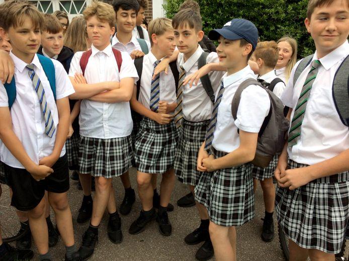 Britse schooljongens in rokje naar school.