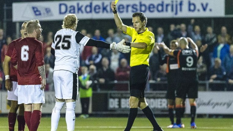 Excelsior 31-keeper Arjan Kok krijgt gele kaart van scheidsrechter Gerritsen voor protesteren. Ruud Boymans (r) heeft Willem II op voorsprong gezet. Beeld pro shots