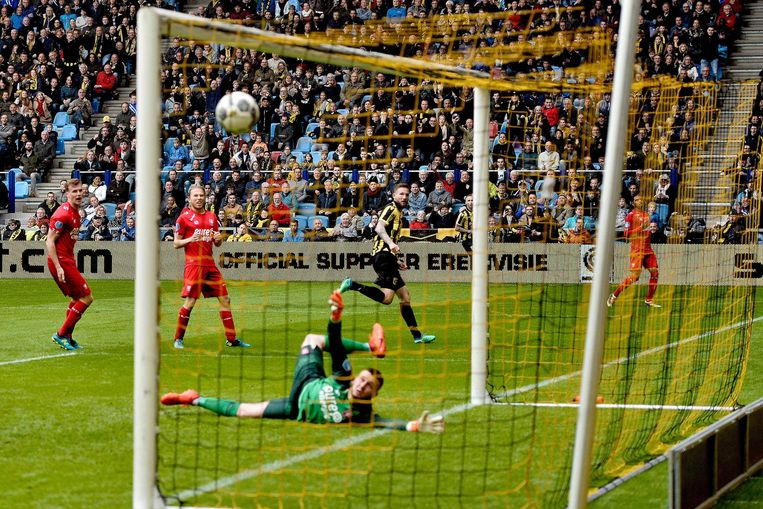 Tim Matavz van Vitesse schiet de 2-0 binnen tegen Enschede.  Beeld ANP Pro Shots