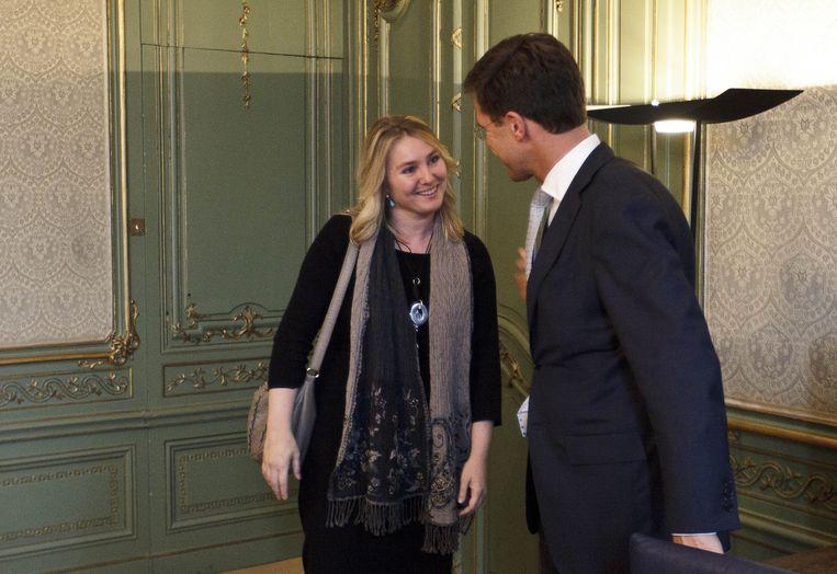 Formateur Mark Rutte (R) ontvangt Melanie Schultz van Haegen (L) Beeld null