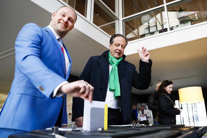 Wagenings wethouder Dennis Gudden samen met Alexander Pechtold bij een stembus in Wageningen.
