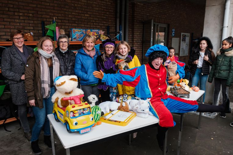 De leerlingenraad  van OLVI heeft speelgoed ingezameld voor Welzijnsschakels Boom. Dat wordt door de Sint en zijn Pieten nu aan de Welzijnsschakels overhandigd.