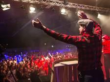 26 carnavalskrakers meegebruld door een afgeladen sporthal in Groesbeek