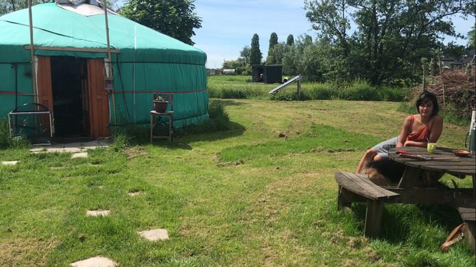 Eline Guicherit bij haar yurt.